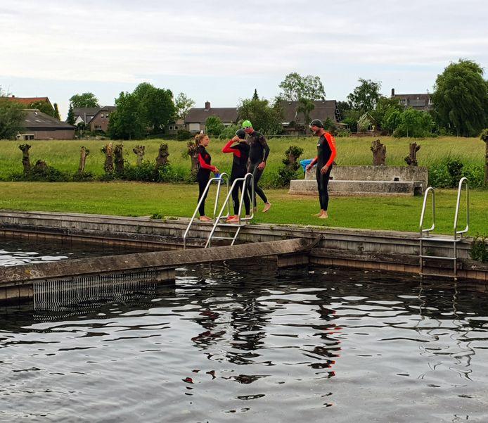 Leden van polo- en zwemclub PCG uit Gorinchem wijken onder meer uit naar natuurbad De Donk in Hoornaar om te trainen.
