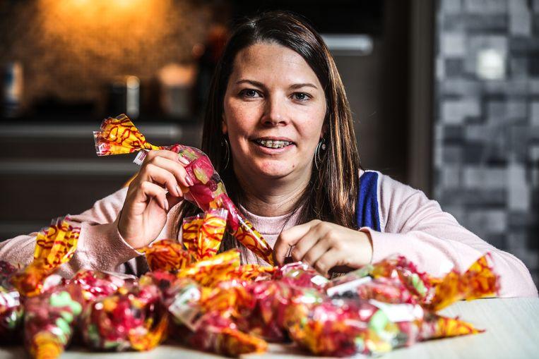 Jill Monbalieu verkoopt snoepzakjes ten voordele van de zwaar verbrande kleutertjes.