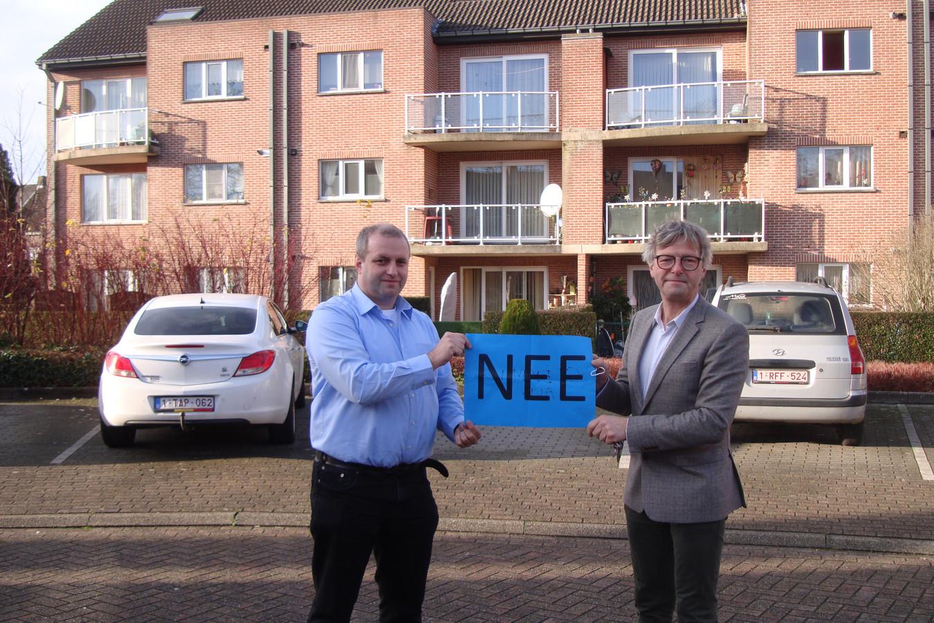 Geert  Roosenboom en Marc Verberckmoes (Open Vld) op de site van het Berkenhof. Ze zijn niet akkoord met de verkoop.