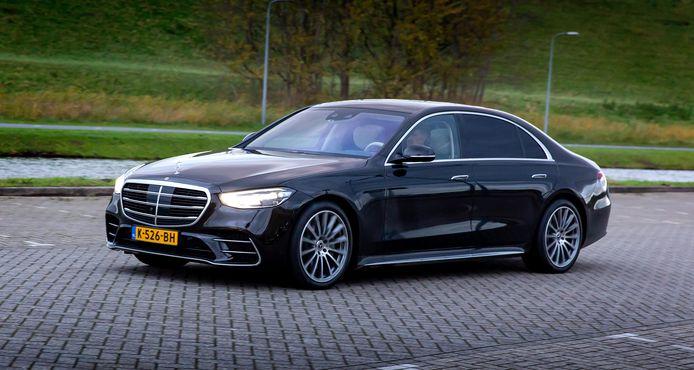 Behalve dat hij heel comfortabel rijdt, zit de Mercedes-Benz S-klasse boordevol hightech.