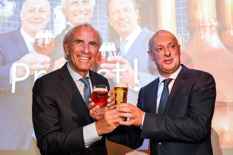 Jan Toye, gedelegeerd bestuurder van Palm (links), en Bavaria-ceo Jan-Renier Swinkels klinken in Steenhuffel op de overname. Beeld BELGA