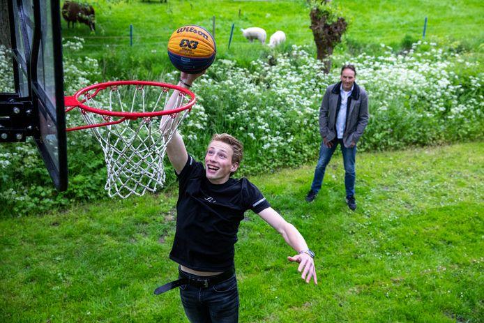 Martijn van Vliet op zijn basketbalveldje met zijn vader Cees.