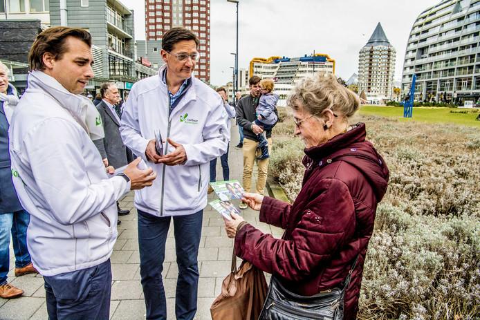 Forum voor Democratie-leider Thierry Baudet flyert samen met Leefbaar Rotterdam-lijsttrekker Joost Eerdmans op het Beursplein voor de gemeenteraadsverkiezingen in Rotterdam. Foto Robin Utrecht
