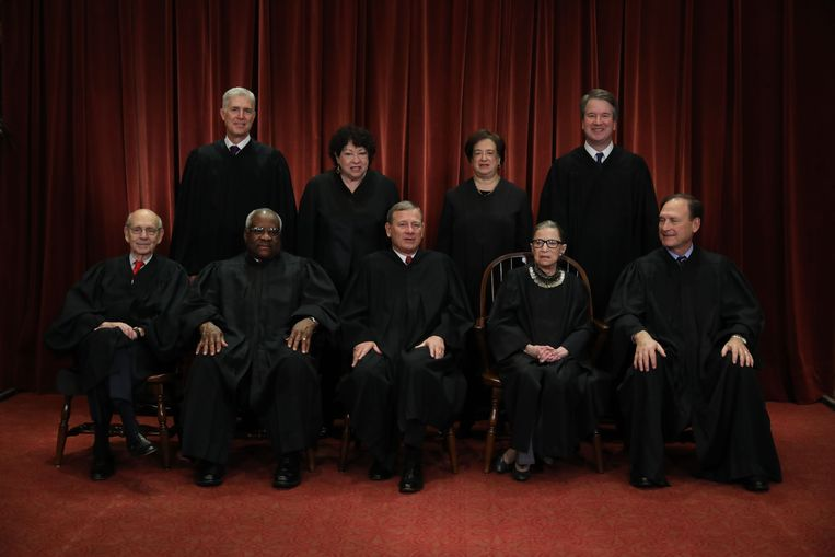 Het Supreme Court in 2018. Voorste rij in het midden John Roberts en rechts van hem Ruth Bader Ginsburg. Op de achterste rij uiterst links Neil Gorsuch. Beeld AFP