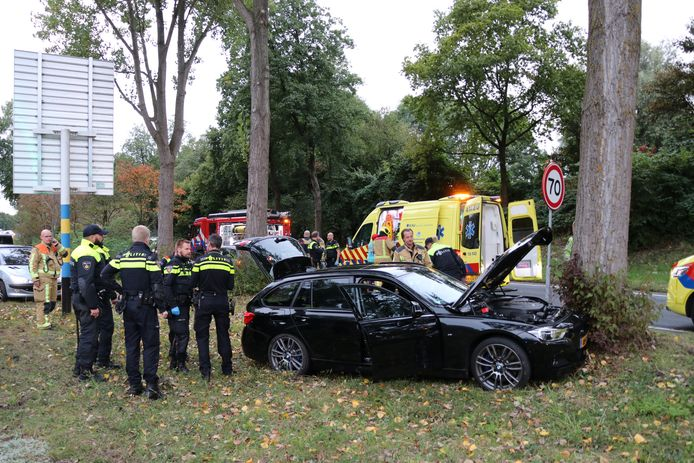 Een auto is vanavond hard tegen een boom gereden in Zoetermeer.