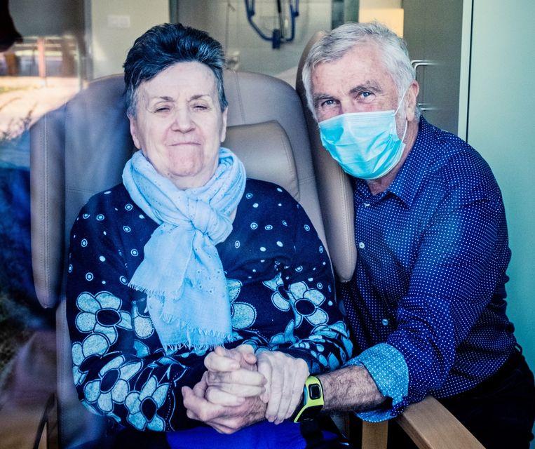 Mantelzorger Ad Van Kerkhove met zijn vrouw Rita: 'Ik was bang dat ik niet meer bij haar zou mogen, maar omdat er personeelsleden ziek thuis zitten, kunnen ze mijn hulp gebruiken.' Beeld