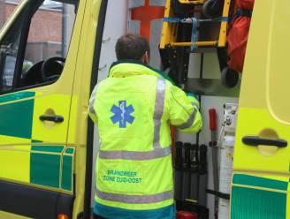 Wagen in gracht na ongeval: bestuurster naar ziekenhuis