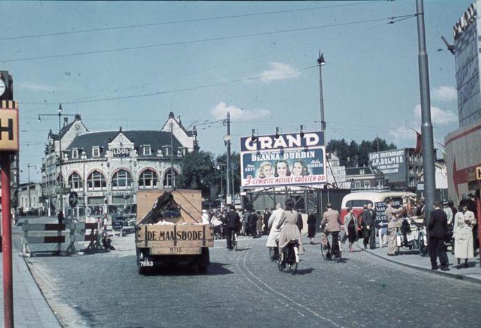 De Coolsingel net voor het bombardement. Met op de achtergrond grand-café Loos.