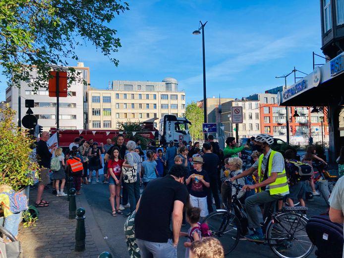 Drie jaar na de eerste actie hebben de ouders van het collectief Filter Café Filtré vrijdag aan de Vlaamsesteenweg in Brussel opnieuw actiegevoerd voor een veilige en gezonde schoolstraat.