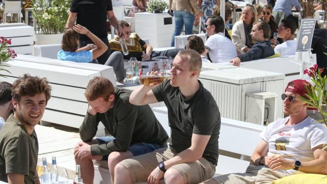 Pintje of cocktail kopen aan het raam of in strandbar: het is opnieuw toegelaten