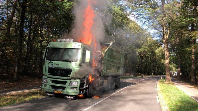 De chauffeur van de brandende vrachtwagen op de N304 (Otterloseweg) bij Hoenderloo kon zichzelf snel in veiligheid brengen.