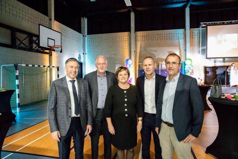 School De Stapsteen, volleybalclub VC Zutendaal en de gemeente openen nieuwe sporthal.