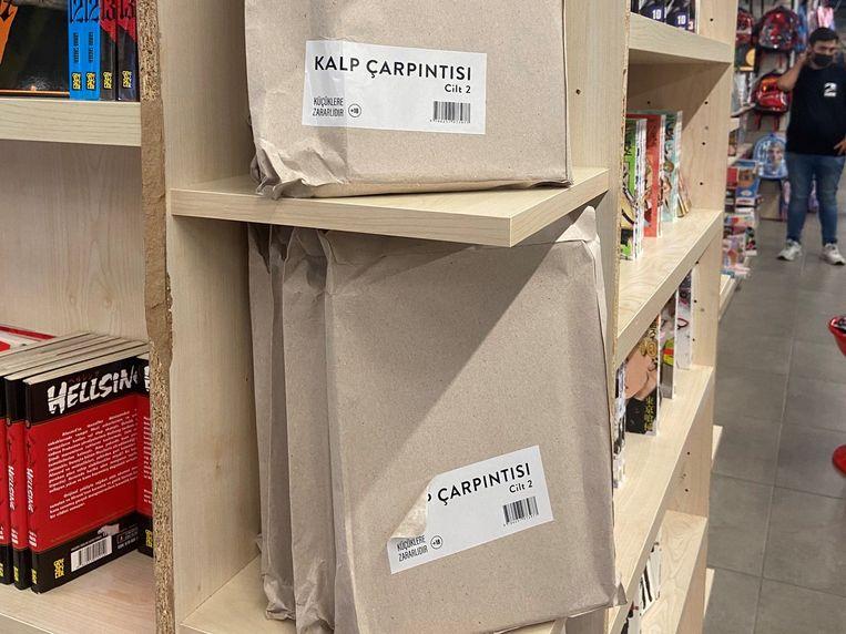 De boeken liggen verstopt in een beige envelop in de winkel. Beeld Twitter