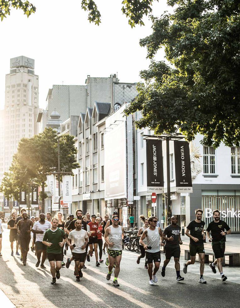 Stadslopers in Antwerpen. Sporten in open lucht mag vanaf 4 mei samen met twee anderen.  Beeld Bas Bogaerts