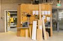 De afdeling houtbewerking, waar patiënten leren hoe het is om in een bedrijf te werken en weer enige arbeidsethos opbouwen. 'Half acht is half acht'.