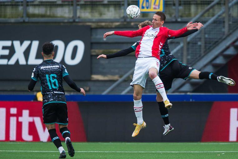 Paul Gladon van FC Emmen probeert de bal aan te nemen op de borst. Beeld ANP
