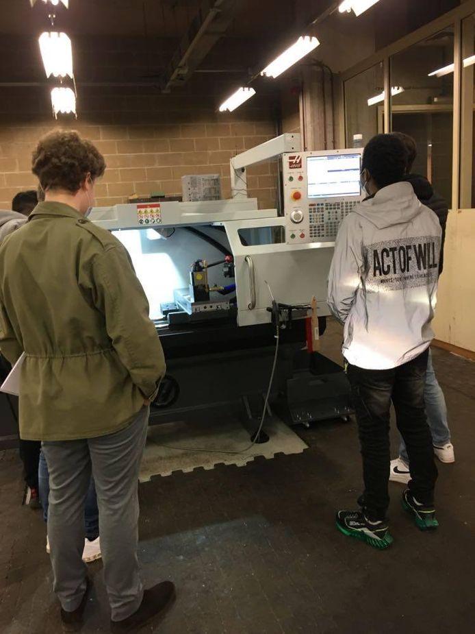 Des élèves de l'IETS à Charleroi sont attentifs à la démonstration d'un formateur de Haas Automation