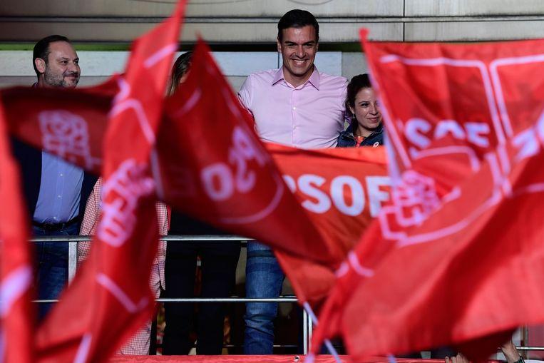 Spaans premier Pedro Sanchez (PSOE) viert met zijn aanhangers na zijn verkiezingsoverwinning. Beeld AFP