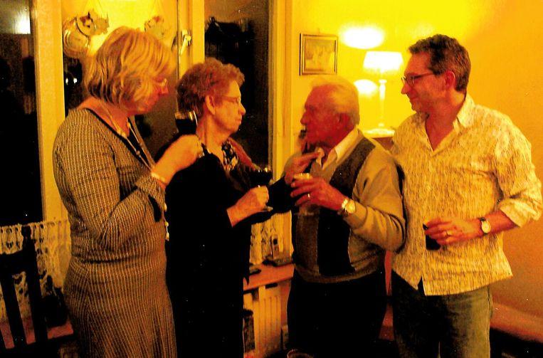 Na ruim veertig jaar zagen de gescheiden ouders van Frénk van der Linden elkaar weer voor diens documentaire Verloren band.  Beeld Foto privé-bezit Frénk van der Linden