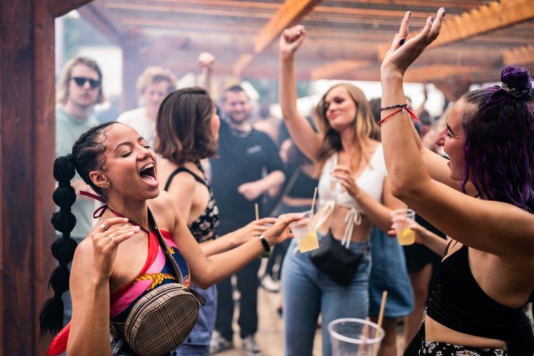 Mensen dansen in de buitenlucht tijdens Lofi Opening Weekender in Amsterdam. Het festivalseizoen is weer begonnen.  Beeld Joris van Gennip