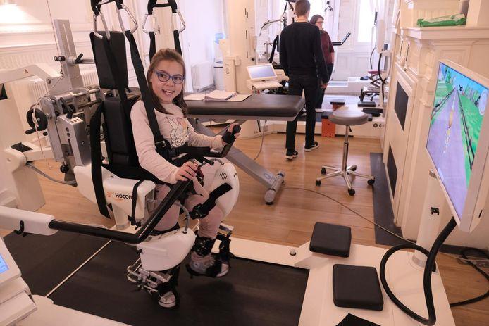 Mira (9) leert al drie maanden stappen dankzij deze robot.