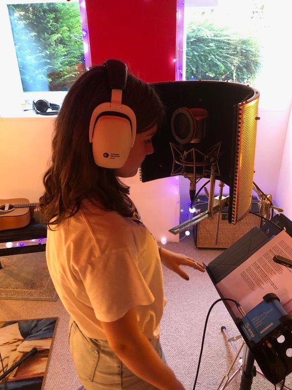 Noor zingt de backing vocals in.