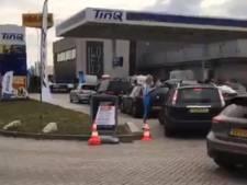 Lange file door gratis tankactie in Raamsdonksveer af, bestuurders mogen in uur tank volgooien