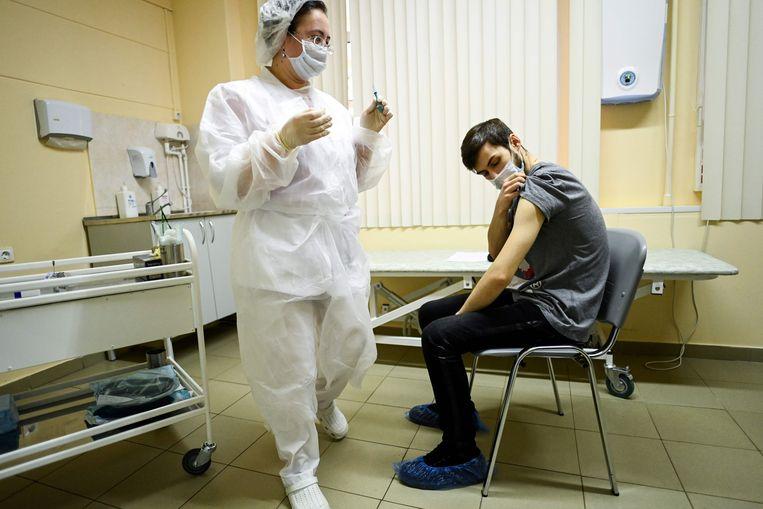 Zeventig poliklinieken in Moskou zijn zaterdag begonnen met de injectie van de bevolking. Beeld AFP