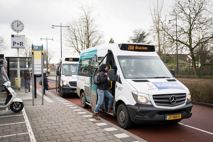 Dit beeld is bij het NS-station in Zaltbommel voorlopig niet te zien.   De buurtbus in de Bommelerwaard staat onder druk omdat er te weinig vrijwillige chauffeurs zijn.  Roy Lazet