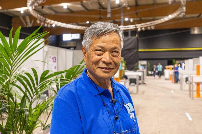 Voormalig hartchirurg Hauw Sie, is gepensioneerd, maar zet zich nu in voor de GGD IJsselland op de priklocatie IJsselhallen in Zwolle.