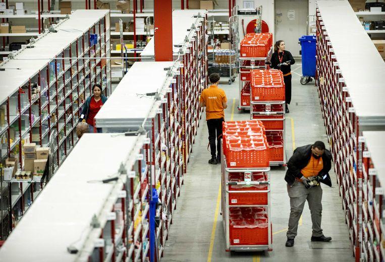 Medewerkers van online supermarkt Picnic in het distributiecentrum. Online winkelen werd al steeds populairder maar nam in 2020 een hoge vlucht.  Beeld ANP
