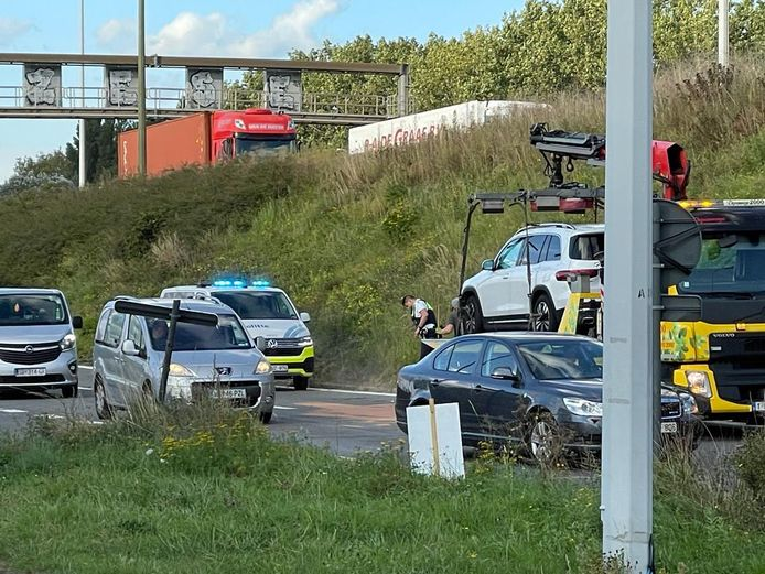 De bestuurder van de zwarte Mercedes met Nederlandse nummerplaat is ter plaatse gearresteerd. De bestuurder in de witte Mercedes kon ontsnappen, al is zijn wagen wel getakeld voor verder onderzoek.