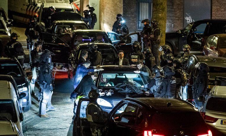 Beveiligers van Betül Sayan Kaya worden gefouilleerd door de Dienst Speciale Interventie vlakbij het Turkse consulaat in Rotterdam. Beeld Freek van den Bergh / de Volkskrant