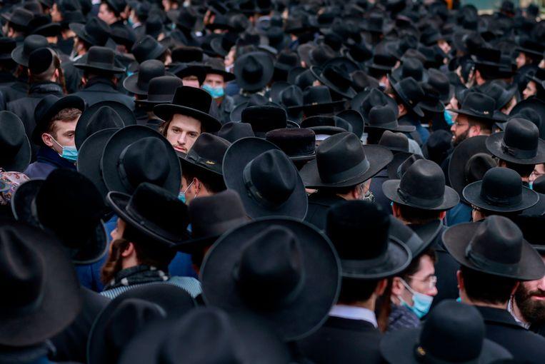 Duizenden orthodoxe joden rouwden zondag in Jeruzalem om de dood van rabbijn Meshulam Dovid Soloveitchik.  Beeld AFP