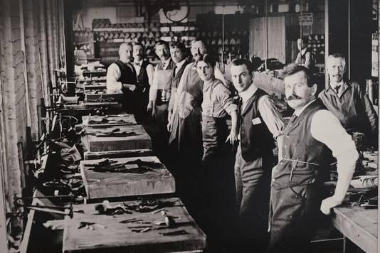 Een oude foto van de pantoffelfabriek in Niel.