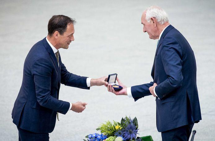 Waarnemend burgemeester Johan Remkes krijgt een erepenning cadeau tijdens zijn afscheid tijdens een buitengewone raadsvergadering in het stadhuis.
