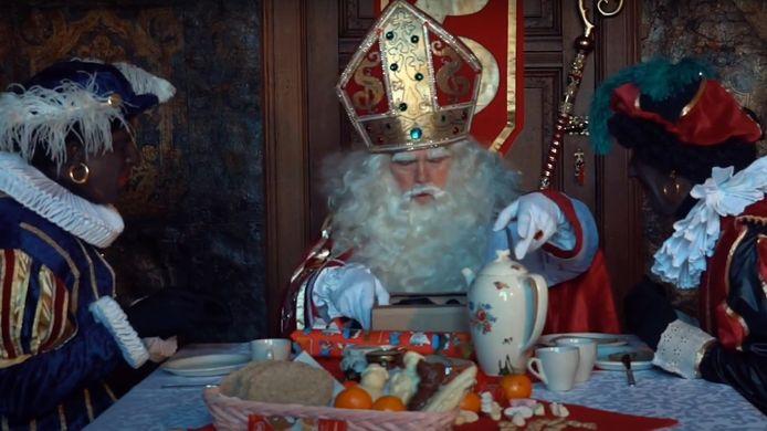 Een scène uit 'Sinterklaas en het Stoute Virus' met de pieten en Sinterklaas rond  de tafel.