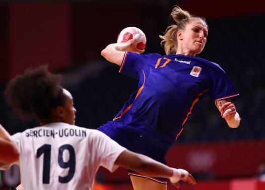 Nycke Groot haalt uit in de verloren kwartfinale tegen Frankrijk.