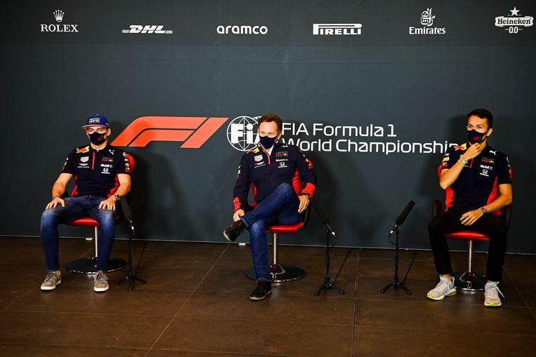 Max Verstappen (links), teambaas Christian Horner (midden) en Alexander Albon. Beeld EPA