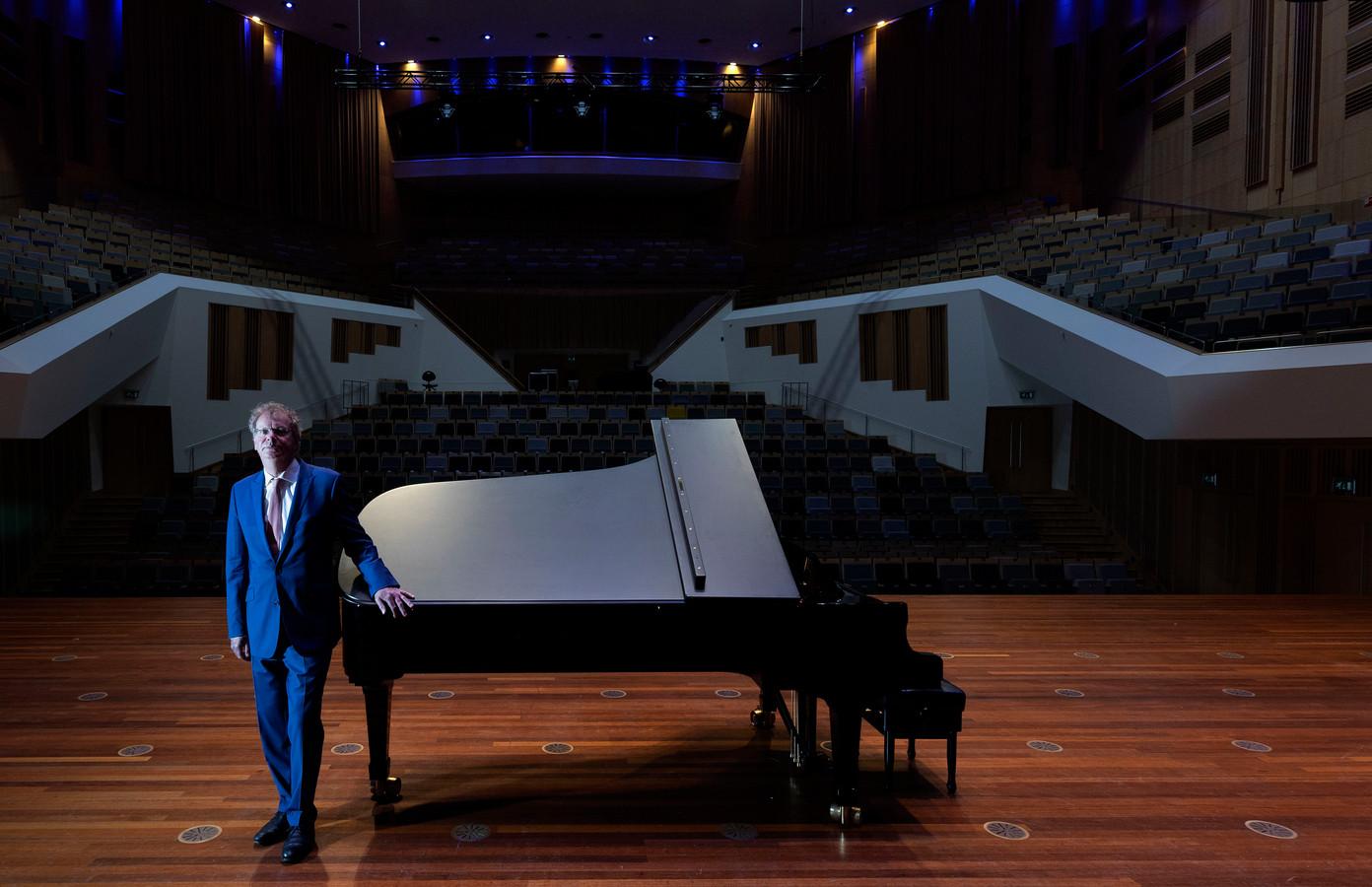 Wim Vringer, directeur Muziekgebouw Frits Philips, in de grote zaal.