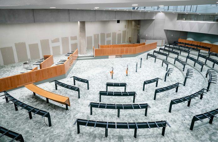 In het tijdelijke gebouw van de Tweede Kamer is een bijna exacte kopie van de vergaderzaal gebouwd.