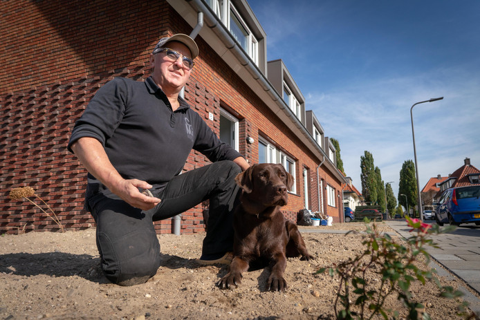 Henk Willemse in zijn tuin in de Mauritsstraat in Velp waar hij tientallen stukjes asbest ontdekte.