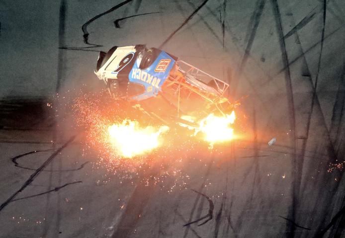 De wagen van Ryan Newman tolt door de lucht.