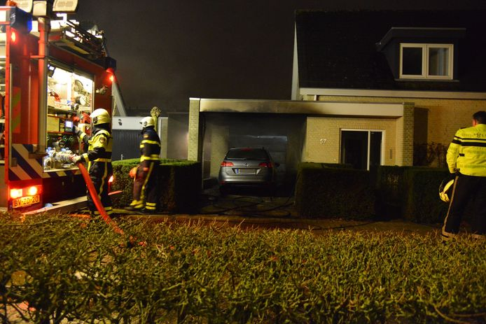 Auto in brand naast woning in Prinsenbeek.