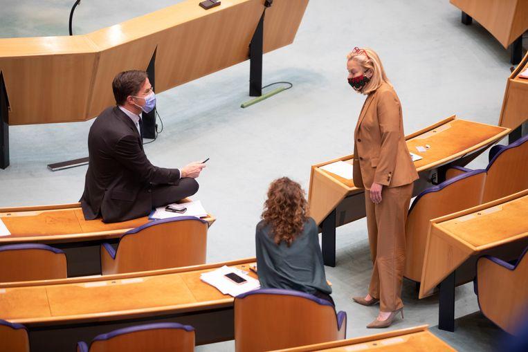Het verkennersdebat in de Tweede Kamer. Links VVD-leider Mark Rutte, rechts D66-fractievoorzitter Sigrid Kaag. Beeld Werry Crone