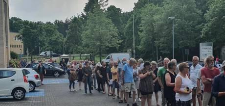 Mensen massaal naar GGD Deventer voor coronastempel in gele boekje: 'We moesten extra personeel optrommelen'