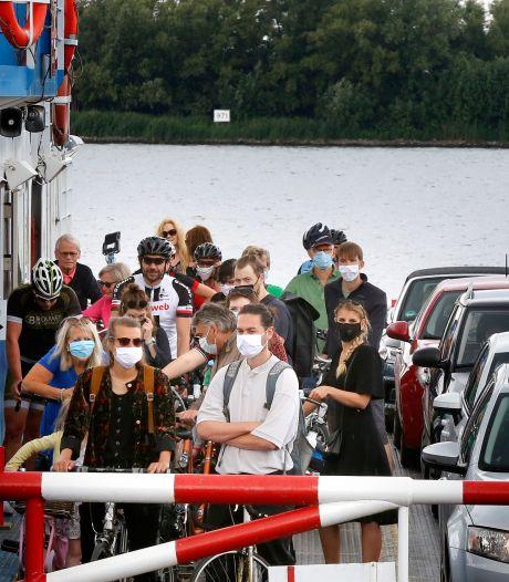 Tijdelijk geen verbinding tussen Dordrecht en Werkendam: oude veerpont afgekeurd