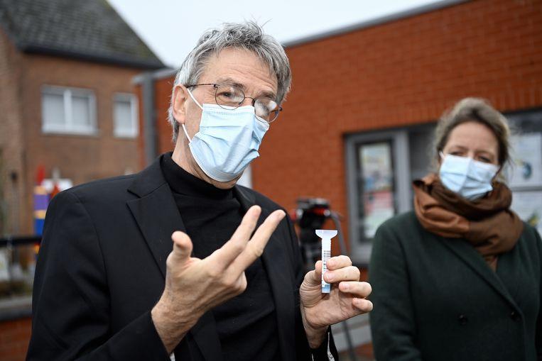Microbioloog Herman Goosssens presenteert een sneltest bij een lagere school in Diest. Beeld BELGA