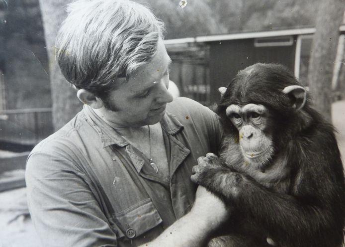 De doodgeschoten Mike was het oudste dier van Dierenpark Amersfoort. Hier zit hij op de arm bij verzorger Marjo Hoedemaker.