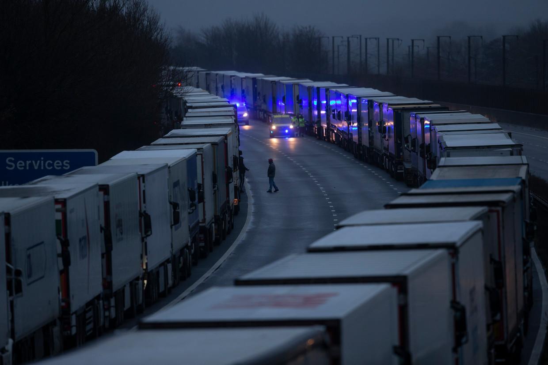 Vrachtwagens schuiven aan op de M20-autoweg.